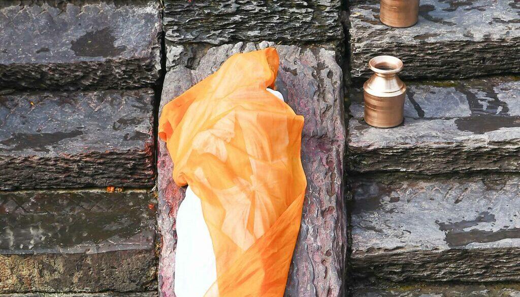 Hindu-Bestattungsritual-Leichnam